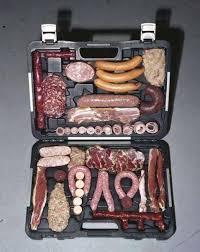 Mann packt Koffer